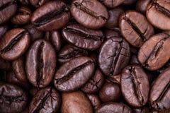 结束从咖啡的五谷顶视图,水平的照片 烤咖啡豆背景概念 库存照片