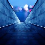 结束轻的步行隧道 免版税库存照片