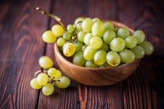 束绿色成熟葡萄 库存照片