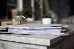 杠杆与说谎在桌上的文件许多页的曲拱文件有模糊的背景 图库摄影