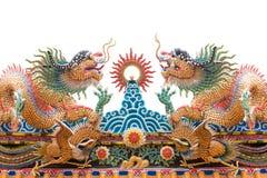 2条中国龙在寺庙屋顶装饰 库存图片