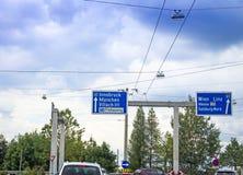 1条和10条高速公路的交通标志在方向向因斯布鲁克,慕尼黑, Munchen,菲拉赫,弗赖拉辛格,维恩,林茨, Messe,维也纳 库存图片