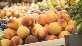 条板箱水果和蔬菜在一个室外市场上 库存图片