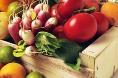 条板箱水果和蔬菜 免版税库存照片
