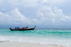 2条泰国传统长尾巴小船 图库摄影