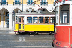 2条电车轨道在里斯本 免版税库存照片