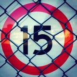 15条路与红色圈子和链节篱芭的速度标志 免版税图库摄影