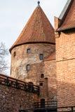 条顿人城堡和红砖在秋天季节的公园耸立 与一个倾斜的红砖屋顶的一座高塔在小山 库存照片