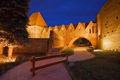 条顿人骑士城堡在晚上在托伦 库存照片