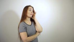 来了有长的红色头发的一名有趣的想法白种人中年妇女 股票录像