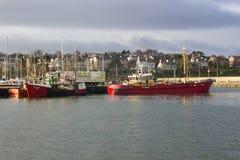 来到它的停泊处的拖网渔船在一个港口在采取风雨棚的爱尔兰在一场风暴期间在爱尔兰海 免版税库存照片