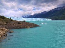 来到您的冰山那的完善的变冷的饮料 库存图片