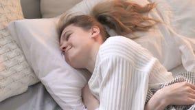 来和放置在睡眠的床上的年轻女人 股票视频