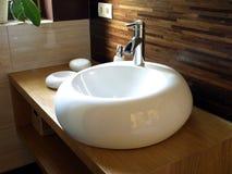 来回水槽在一个现代卫生间里 库存图片