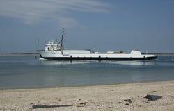 来回采取供应海岛的渡轮 免版税库存照片