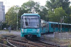 来在曲线附近的德国u-bahn火车 免版税库存图片
