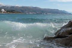 来在海滨的波浪飞溅 免版税库存图片