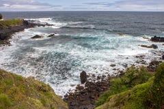 来岸上与大西洋的火山的石头波浪 图库摄影