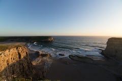 来岸上在太平洋海岸的偏僻的海滩的海浪 库存照片