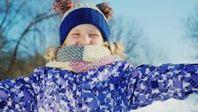 来有冬天 滑稽的女孩投掷雪和笑 影视素材