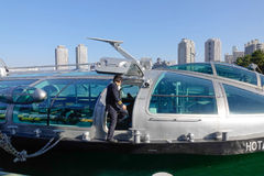 来的人们在Odaiba海滨公园巡航小船在东京,日本 免版税库存照片