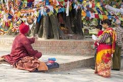 来的佛教徒祈祷在大bodhi树-蓝毗尼 免版税图库摄影