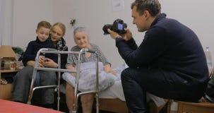 来的家庭拜访年长祖母在医院 股票录像
