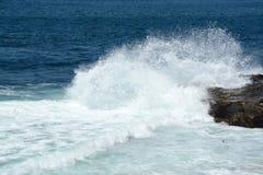 来的波浪岸上 库存照片