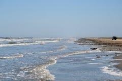 来的海浪岸上 免版税库存图片