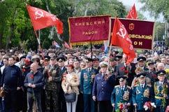 来第二次世界大战的退伍军人放花在永恒火焰,傲德萨,乌克兰 免版税库存图片