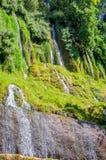 来自下来小山的水小河 免版税库存照片
