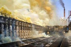 来自在炼焦厂的燃烧器的塔里烟 库存图片