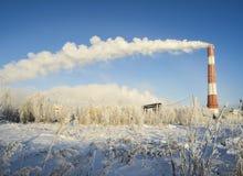 来自烟囱的蒸汽云彩在冬天 库存图片