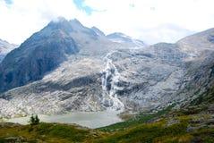 来自熔化四季不断的冰川的瀑布 免版税图库摄影