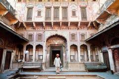 来自美丽的被雕刻的豪宅的Rajasthani头巾的前辈 免版税库存图片