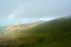 来自青山的有雾的云彩在笔y附近扇动峰顶,布雷肯比肯斯山国家公园,威尔士,英国 免版税库存图片