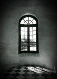 来通过一个老大厦的窗口的阳光 免版税库存图片