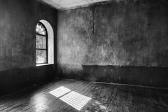 轻来通过被放弃的房子的窗口 免版税库存图片