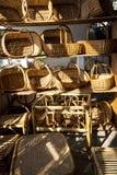 杨柳在Camacha村庄的被编织的项目在山的在丰沙尔上是编织的杨柳的中心 图库摄影
