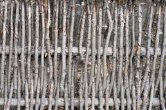 杨柳枝杈墙壁作为背景的 农村老篱芭,做由柳树枝杈和分支 免版税图库摄影