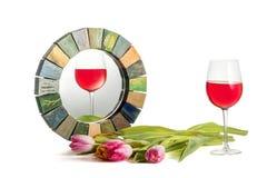 杯与倾斜的天际的红色玫瑰酒红色在手工制造镜子恰当地反射了 库存图片