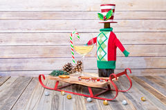 杯与假日装饰的白葡萄酒 库存照片
