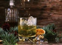 杯与冰、烟灰缸和蒸馏瓶的威士忌酒 免版税库存图片