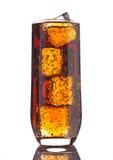 杯与冰块和泡影反射的可乐 免版税库存图片