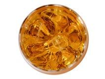 杯与冰块的威士忌酒,在白色背景的顶视图 图库摄影