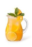 杯与冰块的果汁饮料 免版税库存图片