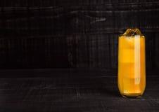 杯与冰块的桔子汽水在木板 库存照片