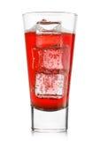 杯与冰块的热带红色柠檬水 免版税库存图片