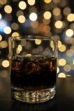杯与冰的冷的酒精饮料在桌上 免版税库存图片