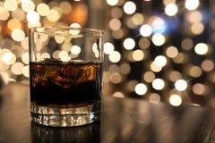杯与冰的冷的酒精饮料在桌上 免版税库存照片